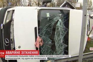 У Києві мікроавтобус перекинувся на бік після зіткнення з легковиком