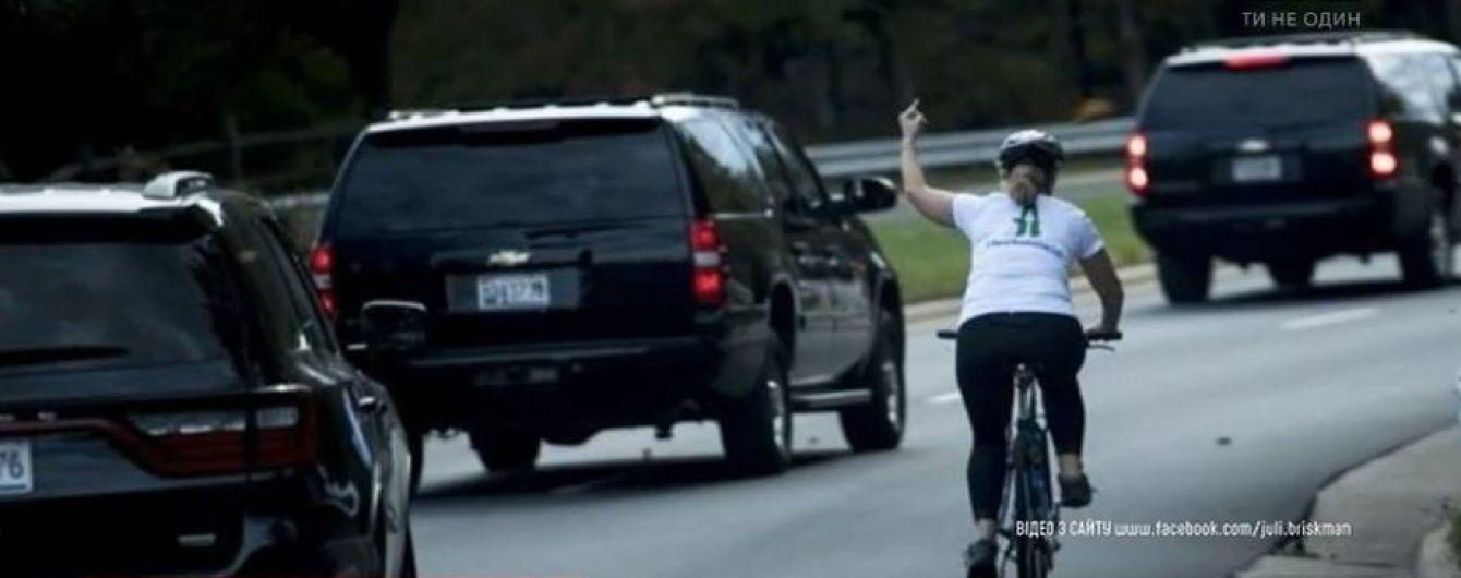 В США женщину уволили за непристойный жест в сторону кортежа Трампа