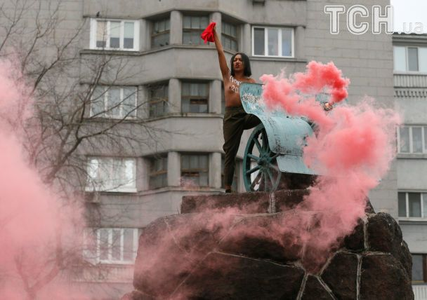 Оголена FEMENка із червоним прапором видерлась на пам'ятник-гармату