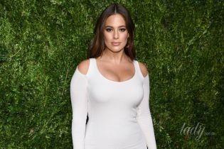 Эшли Грэм пришла на светское мероприятие в обтягивающем белом платье