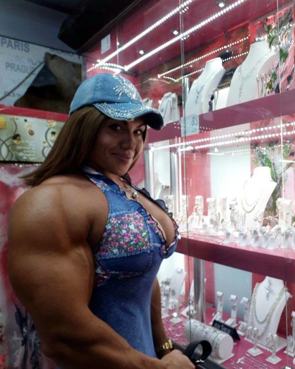 Шварценеггер отдыхает. Российская мегамускулистая спортсменка возобновила карьеру
