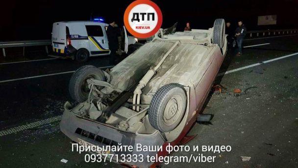 Під Києвом у масштабній ДТП з потерпілим зіткнулися два легковики і сміттєвоз