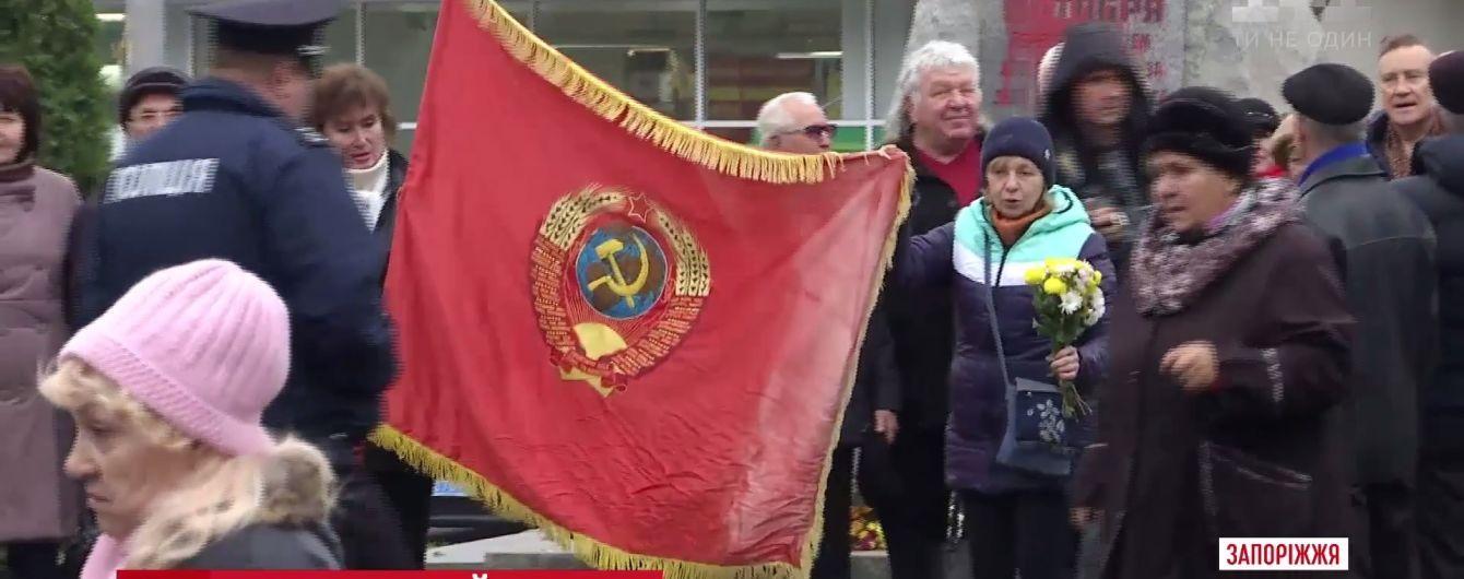 Схватка за флаг СССР: в Запорожье коммунист вцепился в ткань и мешал правоохранителям