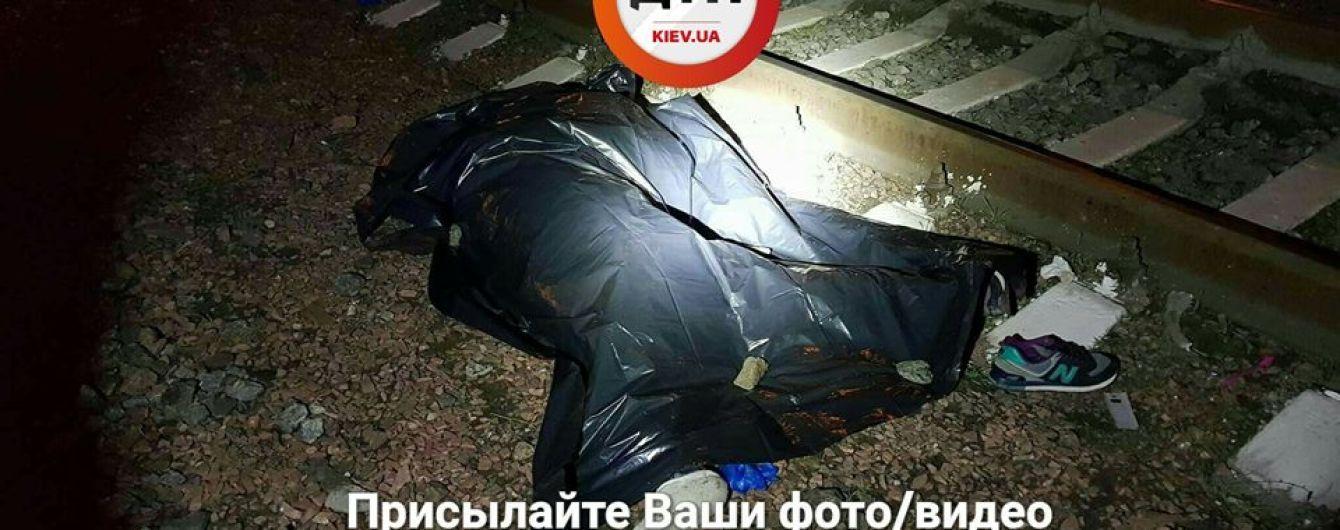 В Киеве поезд разорвал девушку, которая пыталась перебежать пути при закрытом шлагбауме
