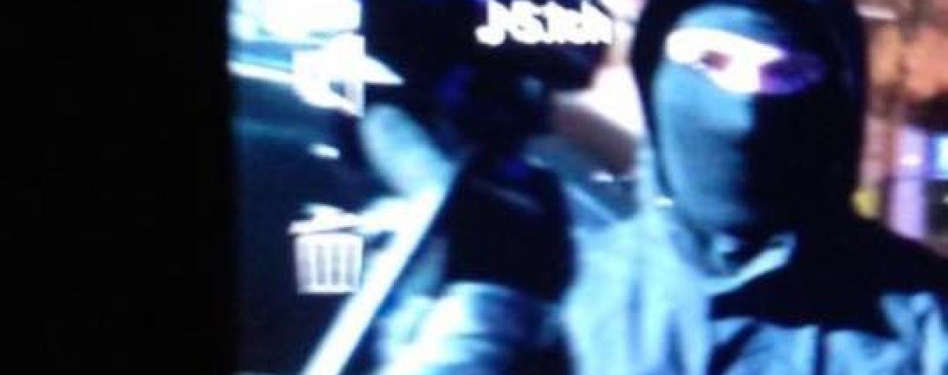 """Біля аеропорту """"Київ"""" люди у балаклавах напали на журналістів, які знімали Медведчука"""