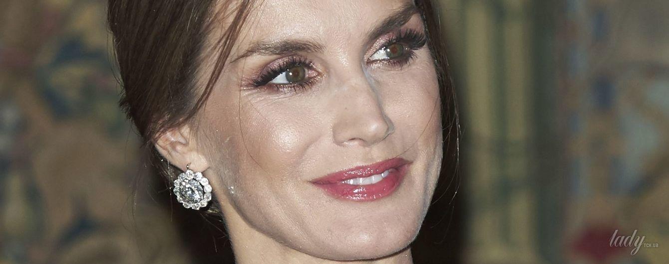 В красивом платье и с бриллиантами в ушах: королева Летиция на вечернем приеме во дворце Эль-Пардо