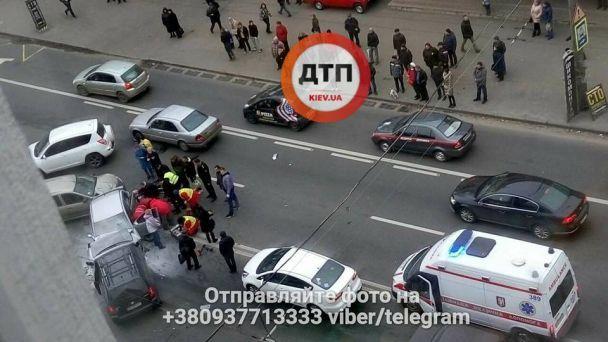 Тройное ДТП в Киеве: Hyundai на скорости лоб в лоб протаранил Chery, водитель погиб