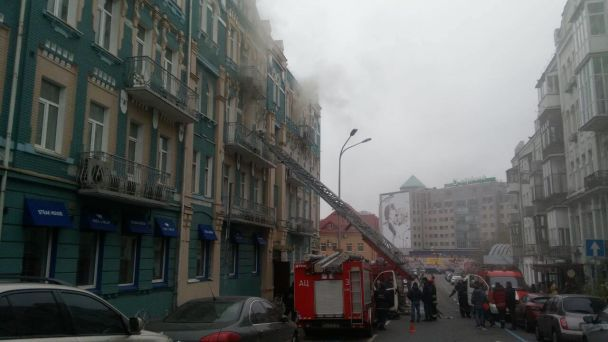 У центрі Києва сталася пожежа в ресторані: рух поблизу перекрили