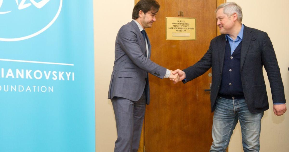 Министр культуры Евгений Нищук и учредитель Фонда Игорь Янковский