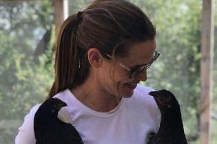 Звездные причуды: Дженнифер Гарнер выгуливает курицу на поводке