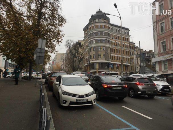 У центрі Києва почалась пожежа в ресторані: рух поблизу перекрили