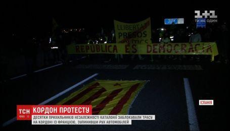 Сторонники независимости Каталонии заблокировали автомобильные трассы и железную дорогу в регионе
