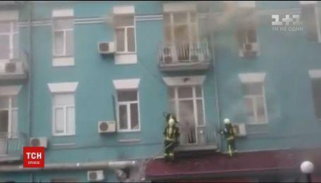 Вулиці у центрі Києва перекрили через масштабну пожежу