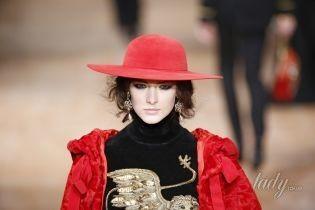 Шляпы, косынки, береты и капюшоны: модные головные уборы этой зимы