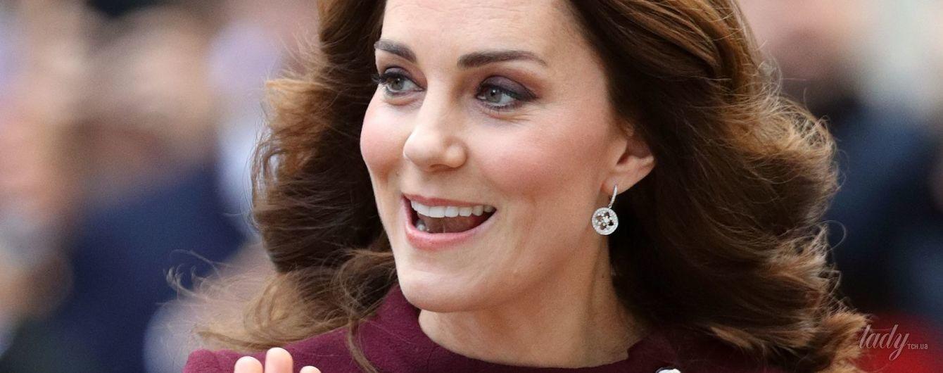 В миниатюрном платье и на каблуках: новый выход беременной герцогини Кембриджской