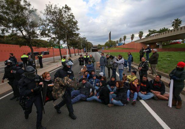 Сепаратисты в Каталонии перекрыли трассы в направлении Франции