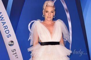 Женственная Пинк в пышном платье блистала на красной дорожке музыкальной церемонии