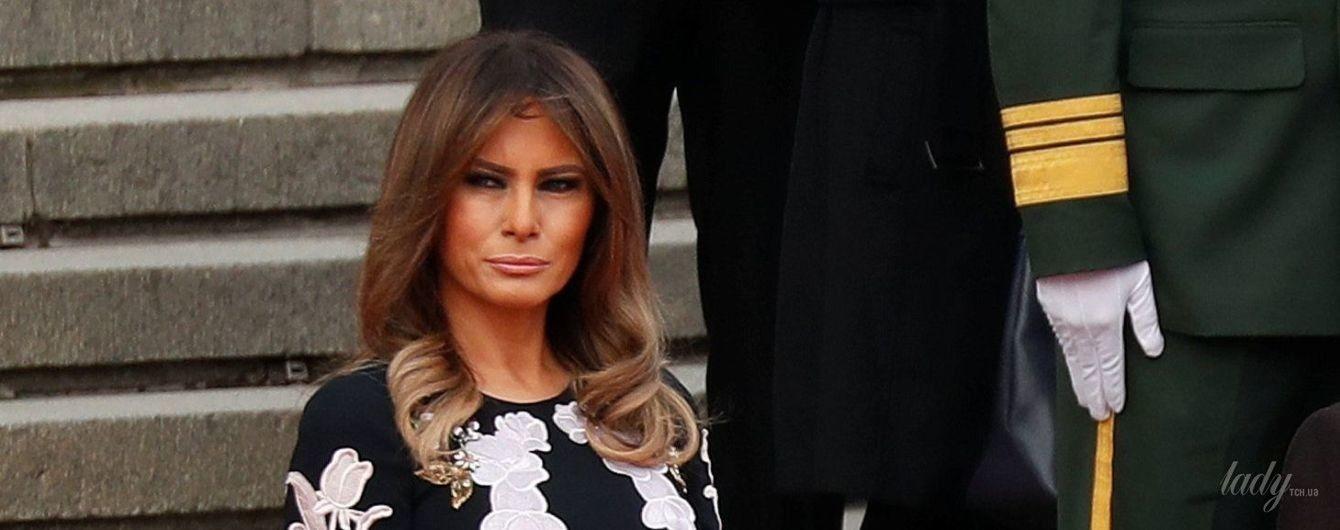 В платье с цветочными аппликациями: Мелания Трамп в эффектном образе появилась на церемонии в Китае