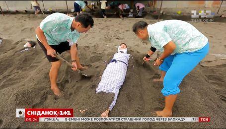 """У новому випуску програми """"Світ навиворіт"""" Дмитра Комарова закопають живцем у розпечений пісок"""