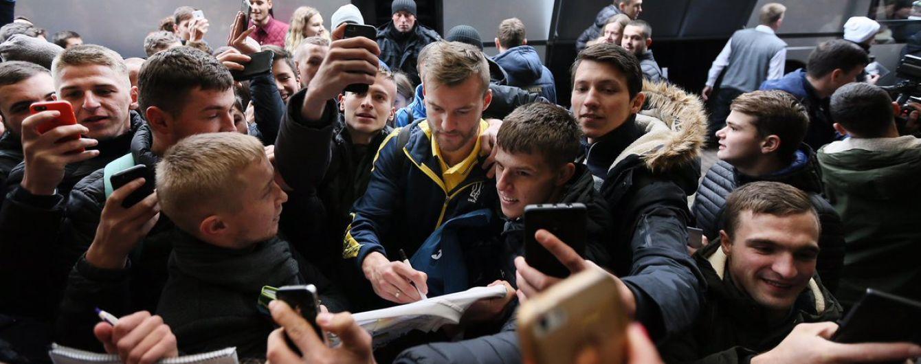 У Львові вболівальники ледь не розібрали гравців збірної України на сувеніри