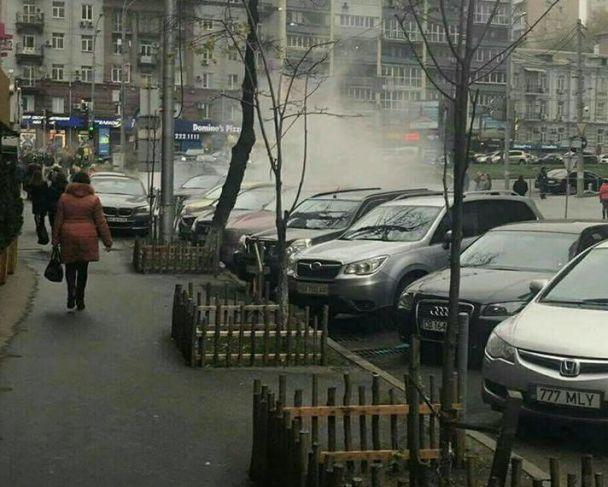 У центрі Києва масштабно прорвало трубу з гарячою водою