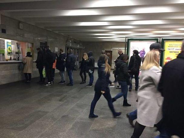 """У Києві станція метро """"Палац спорту"""" відновила роботу, але невідомий одразу замінував """"Хрещатик"""""""