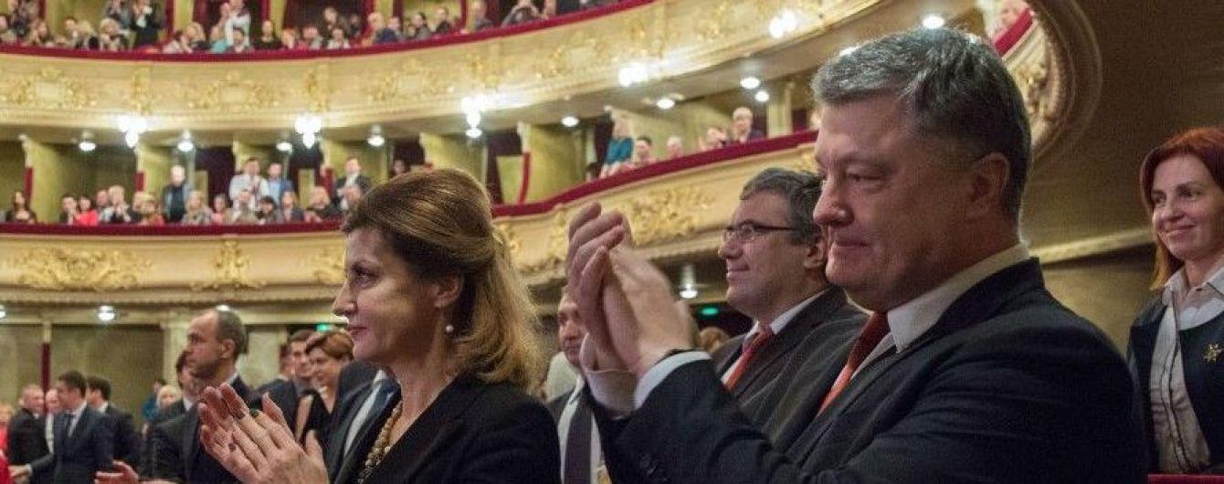 В элегантном жакете и в любимом ожерелье: Марина Порошенко сходила в театр