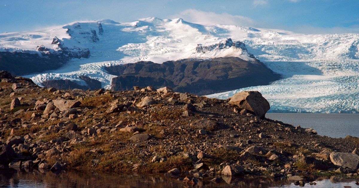 Льодовикове озеро Фьядльсаурлоун біля південного краю льодовика Ватнайекюдль