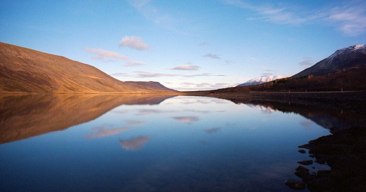 Озеро поруч з трасою на південному сході Ісландії