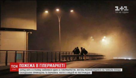 В одном из крупнейших торговых центров Киева произошел масштабный пожар