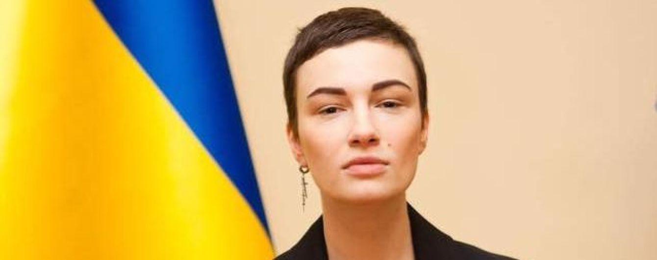 Струнка Анастасія Приходько показала, як їй присвоювали звання заслуженої артистки