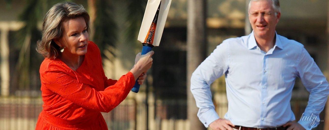В макси-платье и на каблуках: королева Матильда сыграла в крикет