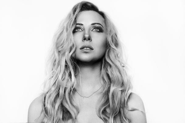 Сексапильная Тоня Матвиенко очаровала образом в черно-белой фотосессии