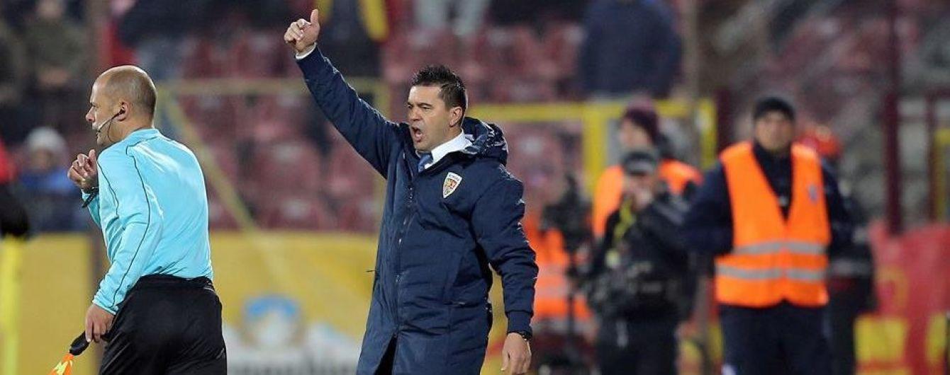 Тренеру сборной Румынии подарили бутылку алкоголя на пресс-конференции, он остался в восторге