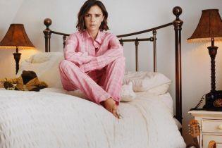 Виктория Бекхэм в розовой пижаме позировала для нового глянцевого фотосета