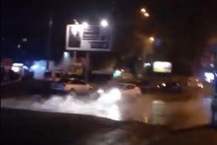 В Киеве прорвало теплотрассу и затопило дорогу горячей водой