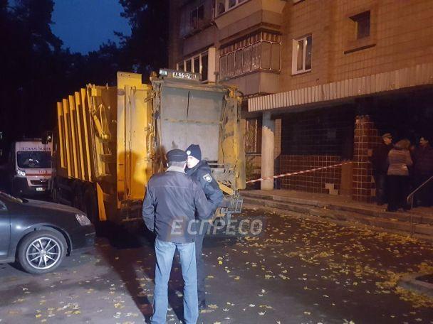 У Києві сміттєвоз розчавив на смерть чоловіка