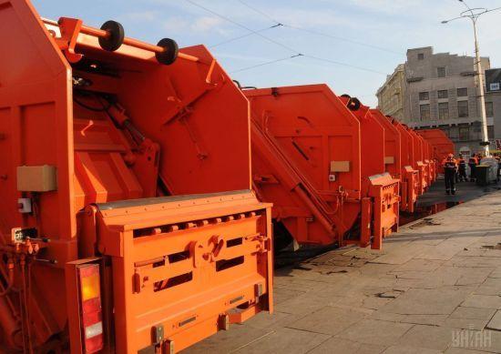 У столиці під час завантаження відходів з бака у сміттєвозі стався вибух