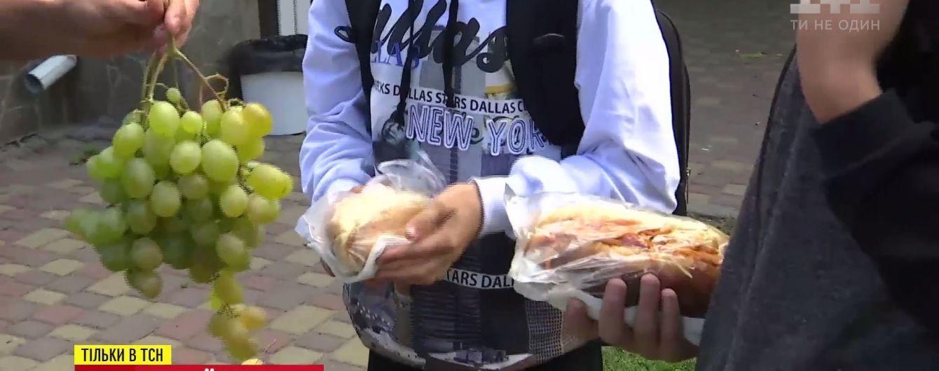 """Морква vs. хот-дог: журналісти створили """"вітамінний блокпост"""" біля школи"""