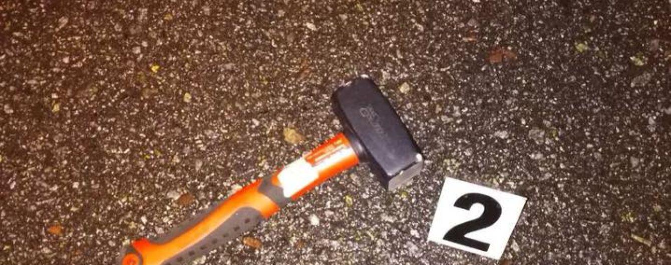 У Києві чоловік із молотком напав на посадовця, водію довелося відстрілюватися