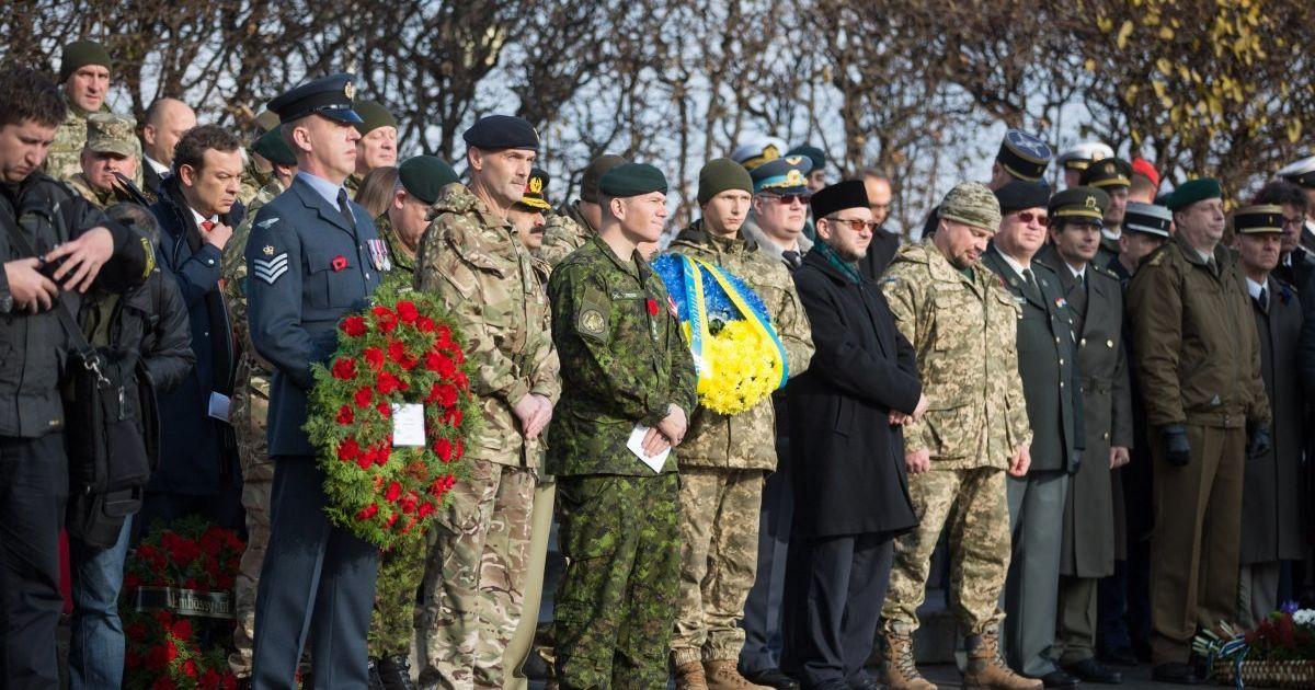 Украинские военные возлагают цветы @ УНИАН