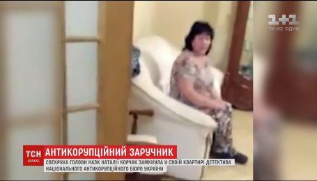 Свекровь председателя НАЗК задержала в своей квартире детектива НАБУ
