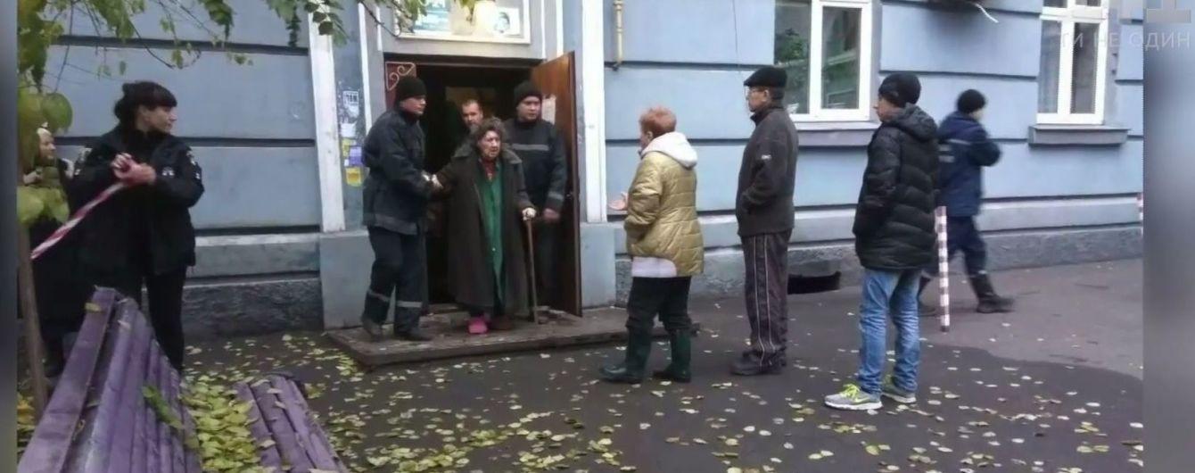 Евакуація 17-х людей: на Дніпропетровщині обвалилися сходи і підлога в під'їзді багатоповерхівки