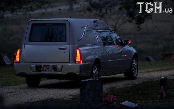 Техас прощается с жертвами стрельбы. В городок привезли гробы убитых прихожан церкви