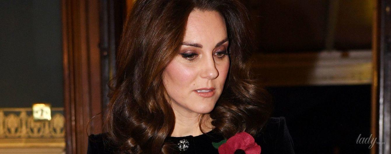 В бархатном платье и с красивой прической: беременная герцогиня Кембриджская снова появилась на публике