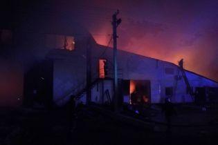 На Київщині вночі масштабно палав цех із виробництва пелетів