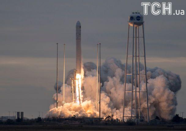 """З'явилися фото і відео видовищного запуску ракети """"Антарес"""" з українським начинням"""