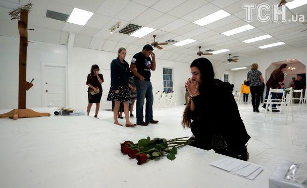 Білі стільці, червоні троянди й імена: в Техасі відкрили меморіал пам'яті жертв стрілянини в церкві