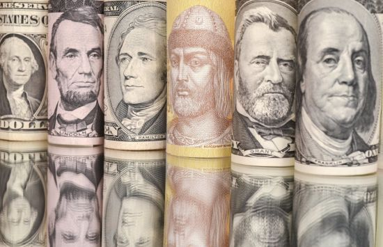 Долар здешевшає, а євро здорожчає в курсах Нацбанку на п'ятницю та вихідні. Інфографіка