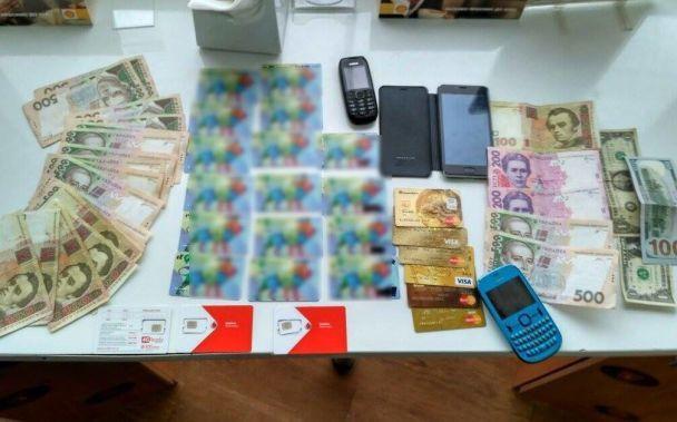 Во Львове работник АЗС благодаря спецоборудованию воровал деньги с банковских карточек водителей